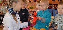 Вручение игрушек детям